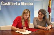 La consejera de Fomento, Elena de la Cruz, y la directora del Instituto de la Mujer, Araceli Martínez, durante la firma de un convenio en materia de vivienda